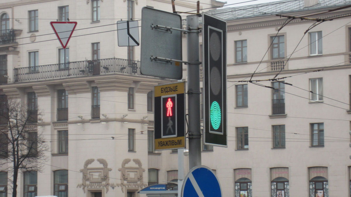 В центре и на проспекте Независимости часто встречаются светодиодные светофоры.