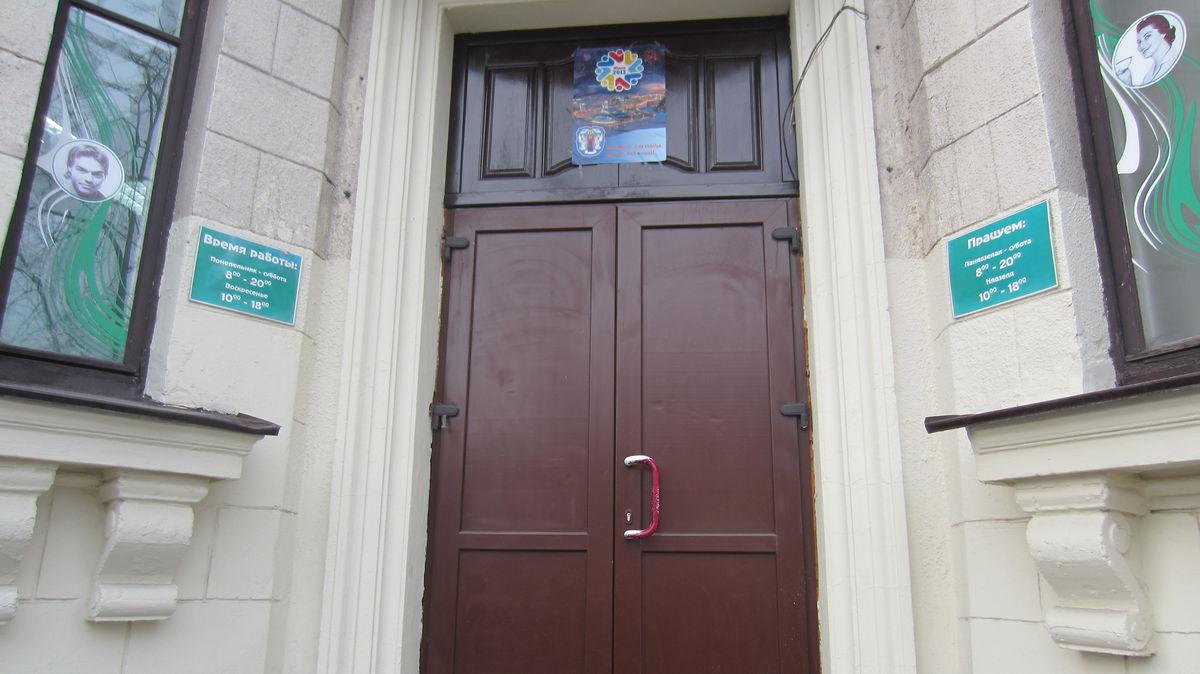 На улицах можно встретить надписи на обоих языках. В целом русского больше.