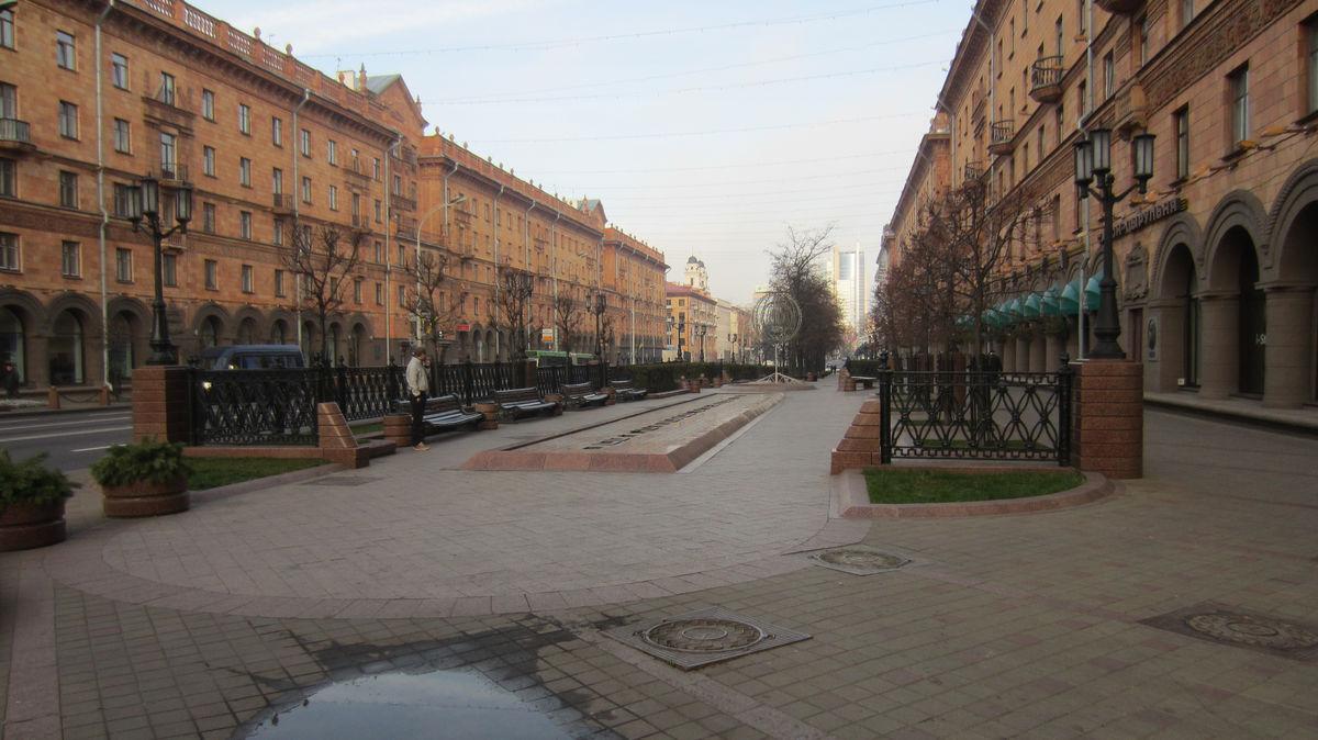 Есть пешеходные зоны, но зелени и деревьев могло бы быть побольше