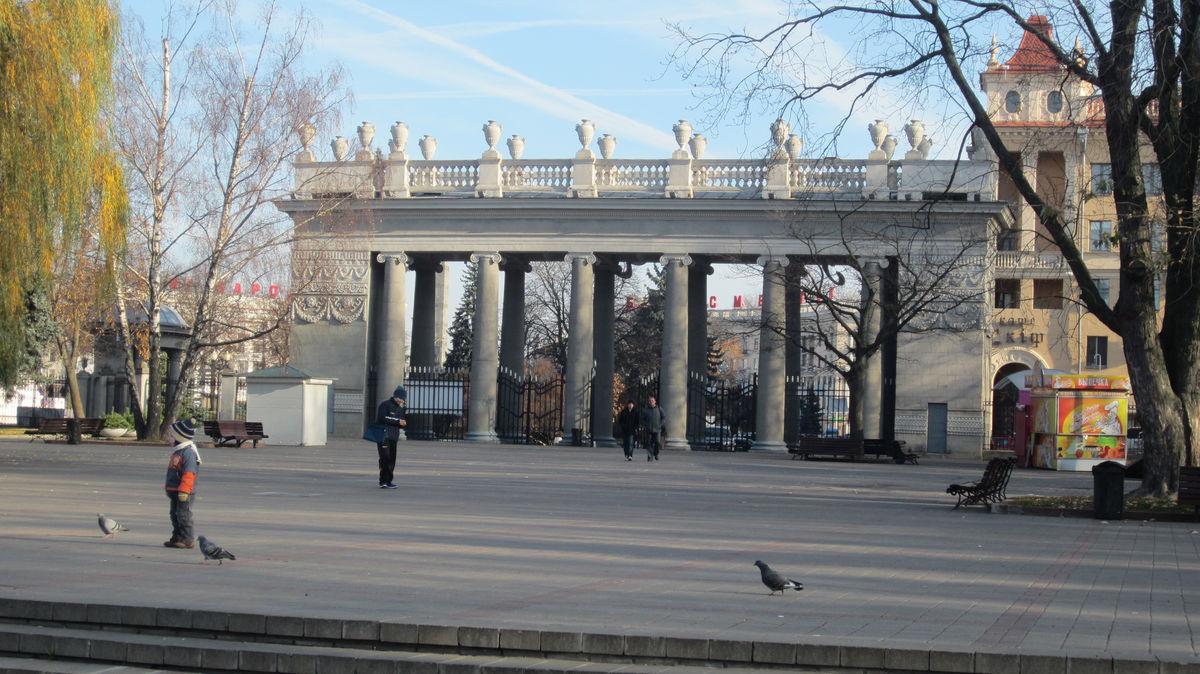 В городе много парков. Есть даже парк Горького с похожей входной группой.