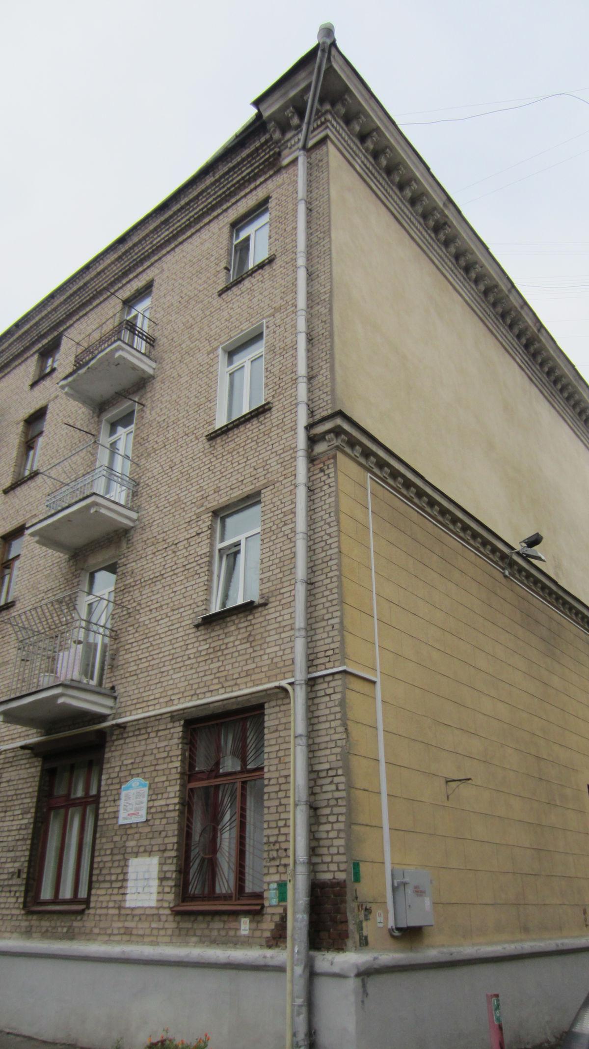 Популярная мера - красиво оформить только парадную сторону дома. Такое и в Москв встречается