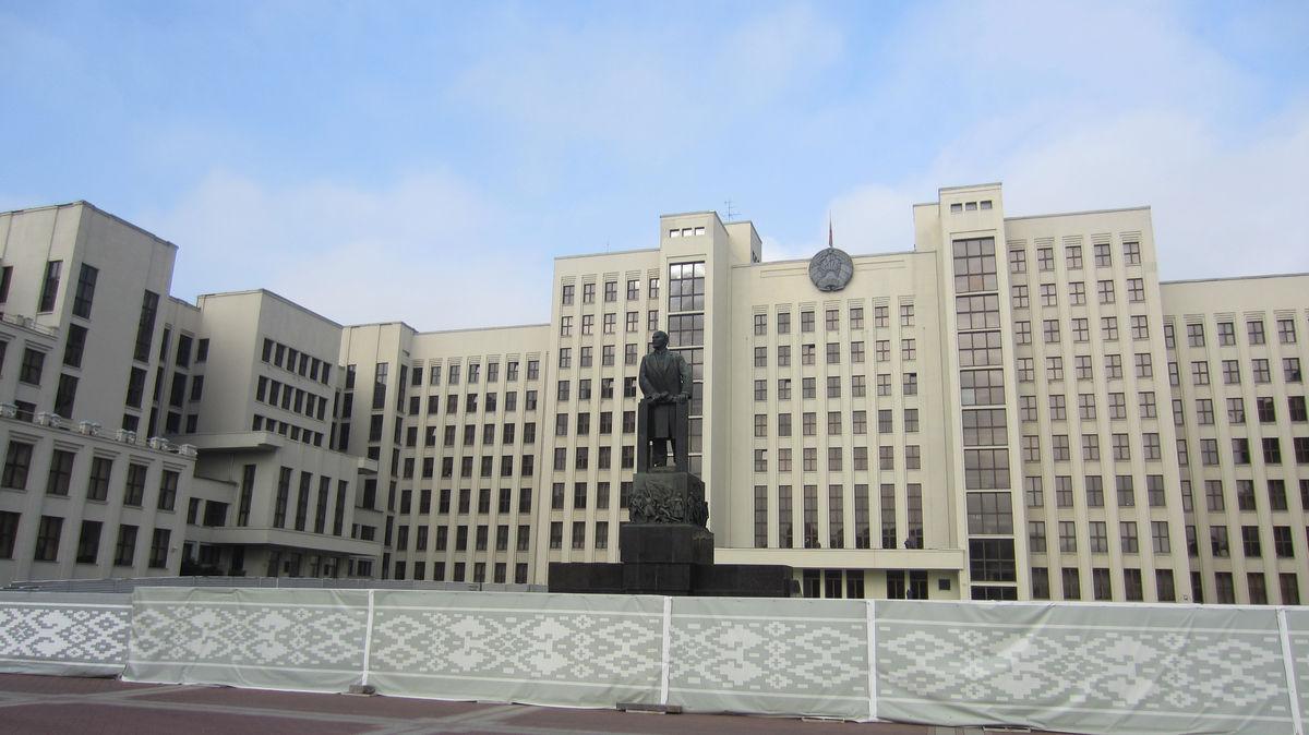 В центре города есть Ленин.