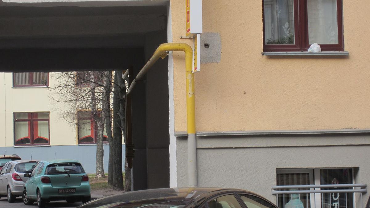 Трубы иногда красят в цвет фасада.