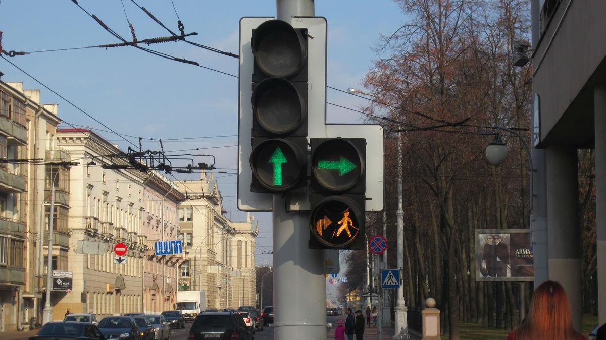Разрешен поворот направо, даже если там переходят люди. Встречается специальный предупреждающий знак на светофоре.