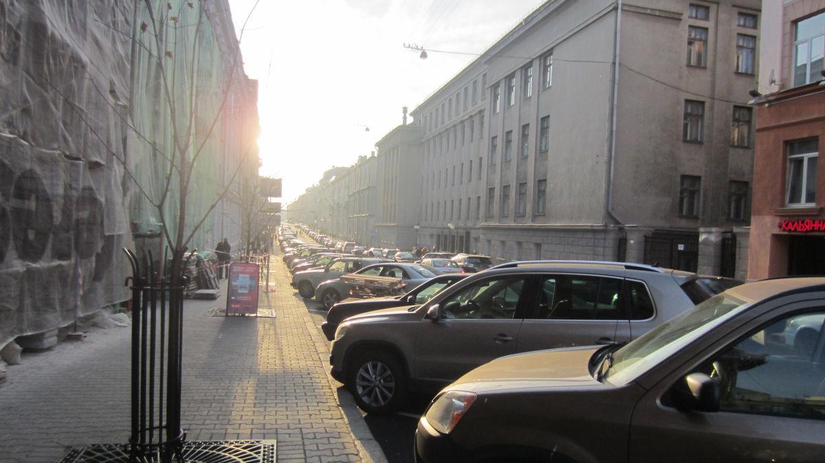 Многие улицы похожи на парковку.