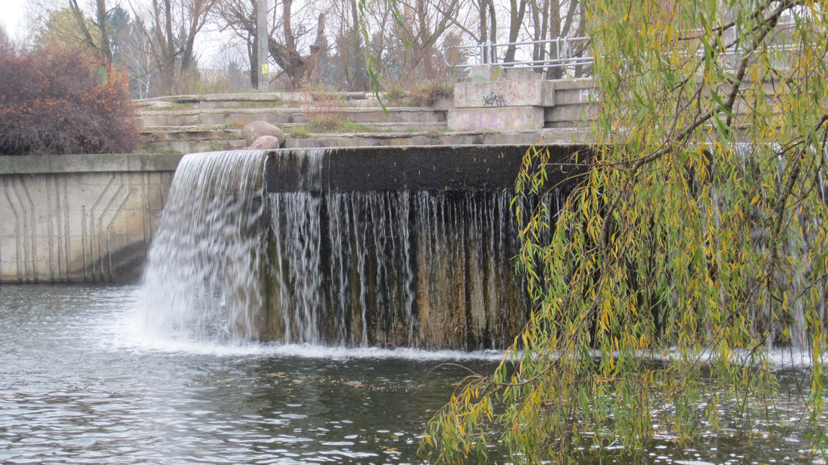 Небольшие водопады на канале Слепянской водной системы.